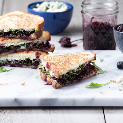 GRILLED CHEESE DE MORAS Y QUESO AZUL